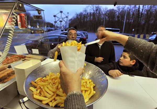 比利時是炸薯條的誕生地,比利時炸薯條也是世界最棒的。現在比利時有7千到8千個薯條店,只要你想吃,總會在附近找到薯條店的。(GEORGES GOBET/AFP/Getty Images)