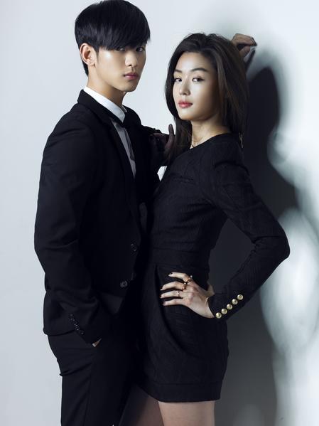 金秀贤(左)在《来自星星的你》中,饰演具有超能力的男主角,与全智贤上演恋爱戏码。(纬来戏剧台提供)
