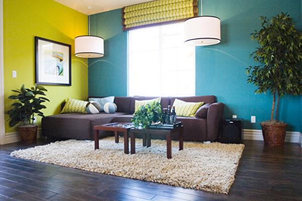 如果空間過小,家具可以往邊上靠,但空間足夠的話還是離開牆壁一段距離比較好。(fotolia)