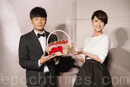 楊丞琳(右)與李榮浩參加活動照。(黃宗茂/大紀元)
