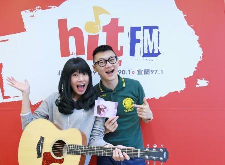 李千娜接受Hit Fm《午茶DJ》SoWhat專訪,幫他惡補落漆台語。(Hit Fm提供)