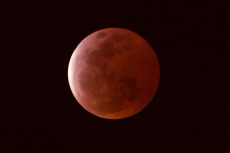 2015年4月4日的月全食及血月。(王嘉益/大纪元)