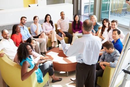 在辦公室商人給同事演示的製作(fotolia)