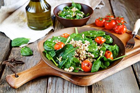 新鲜菠菜沙拉藜和烤西红柿(fotolia)