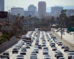 在INRIX的報告,全美最會堵車的10個城市中以洛杉磯的81小時最嚴重。圖為洛杉磯一高速公路。(FREDERIC J. BROWN/AFP/Getty Images)