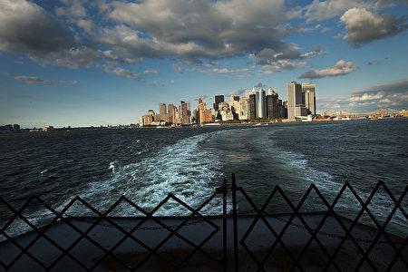 從往返史坦敦島渡輪上回望曼哈頓。(Spencer Platt/Getty Images)