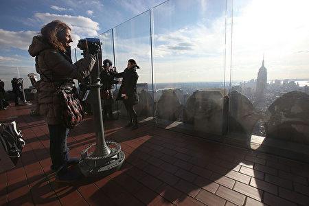 遊客在洛克菲勒中心的The Top of the Rock觀賞紐約全景。(Mario Tama/Getty Images)