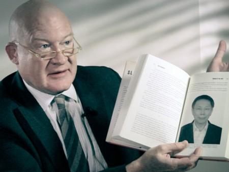 伊森‧葛特曼手持他的著作《大屠殺》。(伊森‧葛特曼提供)