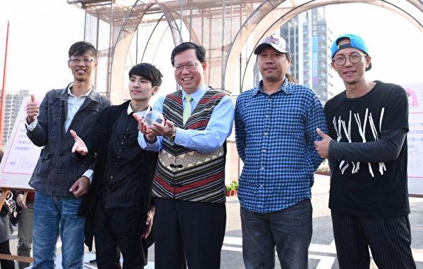 台湾灯会3月6日结束,虽然1日非假日,但仍有不少民众把握赏灯好机会,而不少街头艺人也在灯区内进行即兴表演,桃园市长郑文灿(中)到场感谢街头艺人演出,将让活动更缤纷。(桃园市政府新闻处提供)