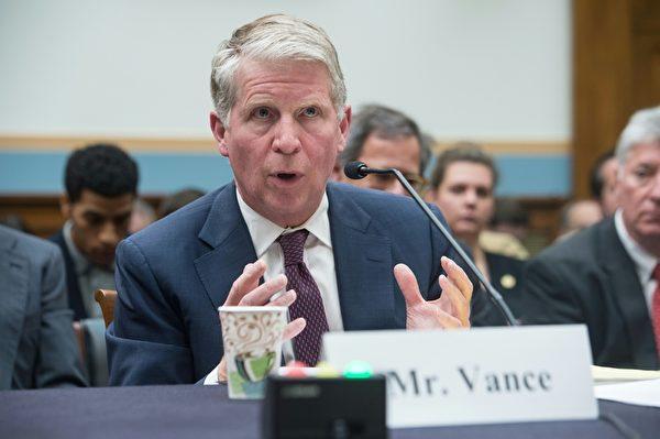 纽约地区检察官万斯(Cyrus Vance)在国会作证。(NICHOLAS KAMM/AFP/Getty Images)