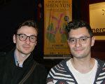 法國男高音歌唱家 Alfred Bironien(右)和假聲男高音Nicolas Zielinsky(左)3月1日晚在法國魯貝欣賞了神韻演出。(Daniel Trevise/大紀元)