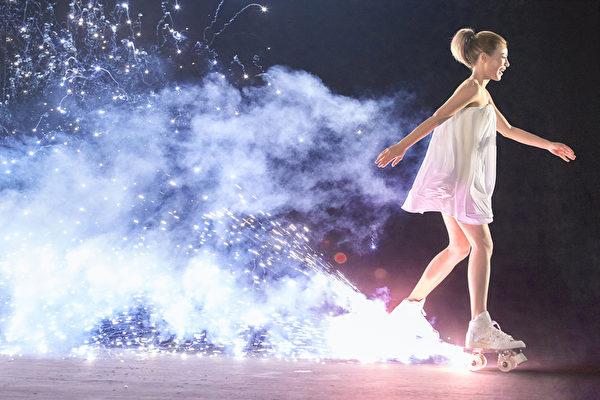 拍摄时,溜冰鞋会喷发出粉红烟火,让丁当一分神还狠摔了两回,险些挂彩。(相信音乐提供)