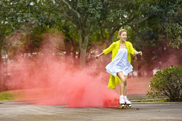 丁当拍摄《想恋一个爱》MV场景,溜冰鞋会喷发出粉红烟火。(相信音乐提供)