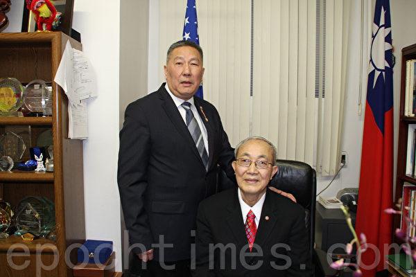 伍銳賢(左)卸任,新任主席蕭貴源(右)就位。(蔡溶/大紀元)