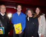 雜技演員GilLes Becquart(左二)和家人一起來觀看了神韻國際藝術團2016年3月1日晚在法國魯貝市的演出(德龍/大紀元)