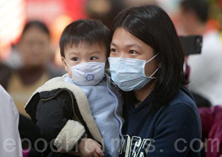 圖為佩戴口罩、預防疾病的民眾。(大紀元)