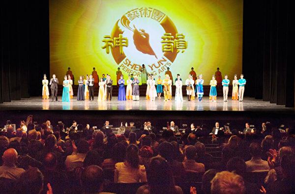 蜚聲國際的神韻紐約藝術團2019年3月2日重返紐約,再次掀起一波令人振奮的「中國古風」。紐約神韻3月2日演員謝幕。(戴兵/大紀元)
