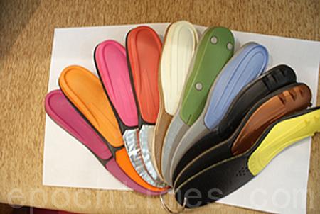 保健鞋墊用於矯正足底不平衡,不同顏色的鞋墊可矯正不同的足底問題。(李長樂/大紀元)