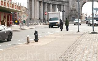 华埠死亡路口等待过马路的行人。(李凯文/大纪元)
