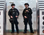 2016年11月21日,九月警方将一,原因是他想要在时代广场发起一次尼斯式的恐怖袭击。图为纽约市警察在时代广场地铁站值勤。(JEWEL SAMAD/AFP/Getty Images)
