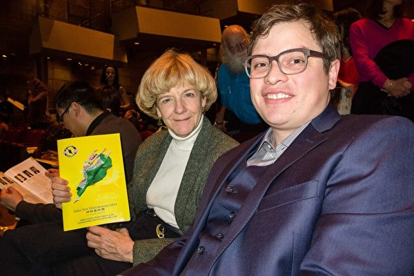 北科罗拉多医疗中心医生Will Comfort(右)和会计公司老板Courtney Cowgill(左)坐在前排位置欣赏神韵演出。(马亮/大纪元)