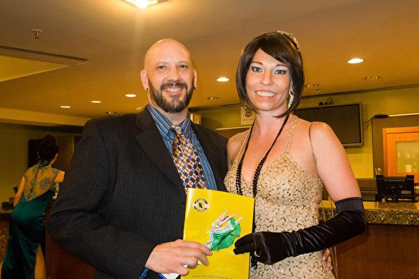 网店老板Ray和太太Crystal观看了神韵巡回艺术团在科罗拉多州丹佛的首场演出。(马亮/大纪元)