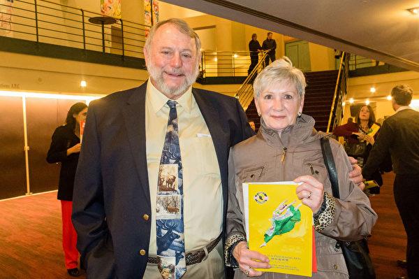 安利公司经销中心退休主管Dick Reininger(左)对神韵舞蹈演员款款的舞步着迷。(马亮/大纪元)