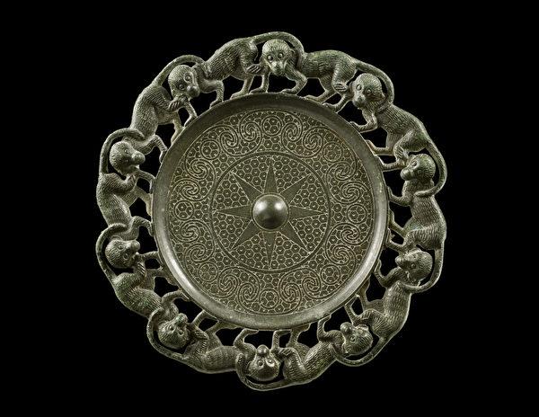 這枚出自西漢並飾有10隻猴子的青銅扣飾是保存最完好的同類物品之一,來自紐約藝廊鳳凰古藝術(Phoenix Ancient Art)藝廊。(紐約亞洲藝術週提供)