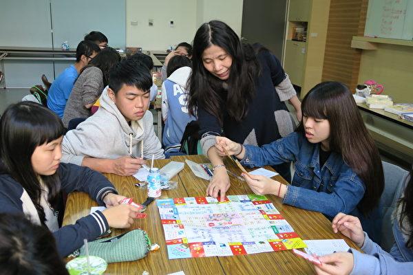 家庭夥伴的功能就是協助家長正確的認識孩子的狀況,並發掘孩子及家庭的優勢,讓家庭得以正向互動模式面對家庭的各種問題。(嘉義家扶提供)