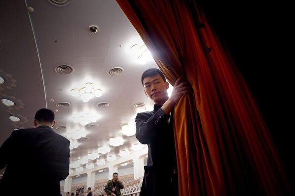 """每年中共""""两会""""安保都异常紧张,如临大敌,会场内总有一批神秘的""""黑衣人""""无时无刻地在监视着一切。图为,2016年3月3日,人民大会堂内的统一穿黑西装的保安人员。(WANG ZHAO/AFP/Getty Images)"""