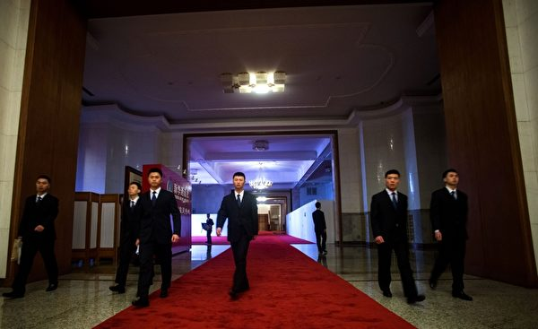 中共高層開會,佈滿保安人員。圖為2016年3月6日兩會時,人民大會堂內的統一穿黑西裝的保安人員。(JOHANNES EISELE/AFP/Getty Images)