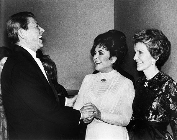 1981年3月19日,当时的美国总统里根、第一夫人南希和美国影星伊丽莎白‧泰勒在华盛顿特区的肯尼迪中心。(AFP)