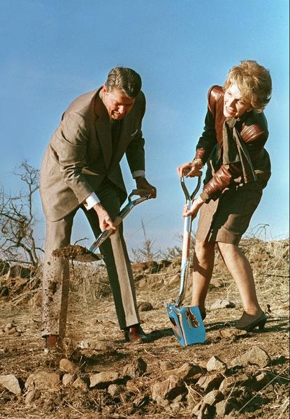 1988年11月21日,当时的美国总统里根和第一夫人南希‧里根在加州为未来的罗纳德‧里根总统图书馆破土动工。(AFP / MIKE SARGENT)
