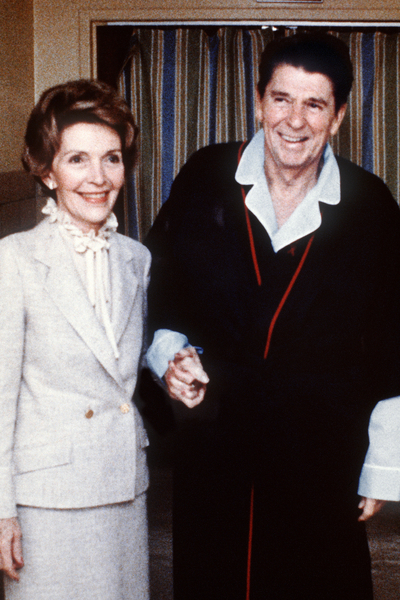 1981年4月3日,当时的里根总统遭受枪击4天后,和夫人南希在乔治.华盛顿大学医院。(AFP)