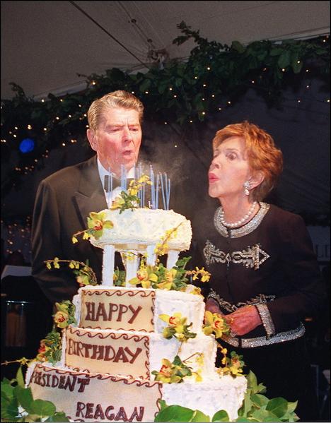 1993年2月6日,美国前第一夫人南希和美国前总统里根在罗纳德‧里根总统图书馆庆祝里根的生日。(AFP / HAL GARB)