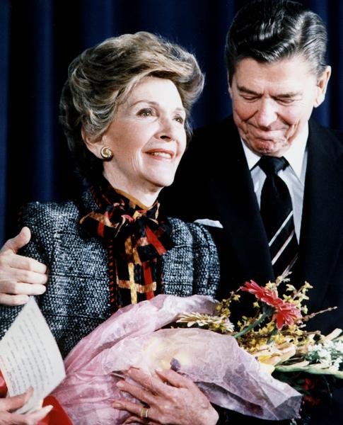 2000年5月10日,美国前第一夫人南希在白宫会议上发表关于反毒品的讲话后,前总统里根和夫人南希在一起。(AFP / MIKE SARGENT)