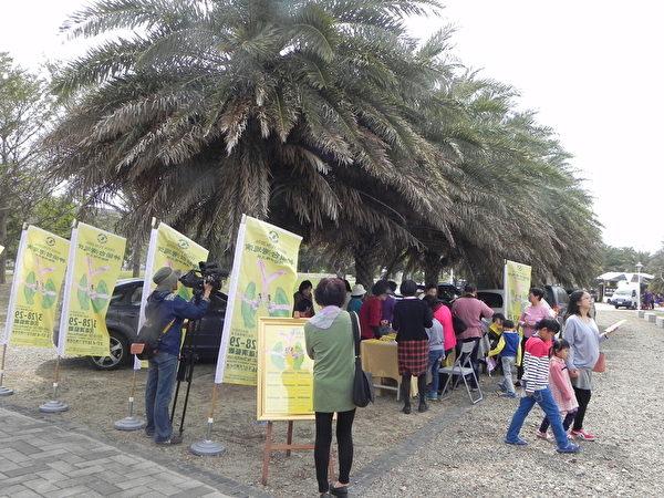 神傳文化基金會的志工在嘉義縣105年度婦女節「38女生同樂會」慶祝活動現場,為來往民眾介紹神韻台灣巡演節目。(蔡上海/大紀元)