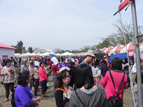 嘉義縣105年度婦女節「38女生同樂會」慶祝活動的熱鬧場景。(蔡上海/大紀元)