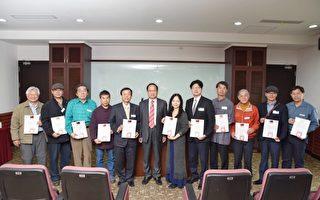新竹地检署检察长彭坤业(右7)致赠感谢状给参展的艺术家。(新竹市美术协会提供)