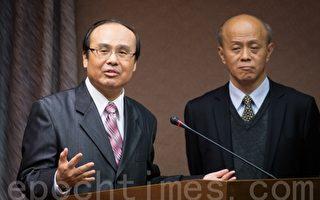 对于机场捷运何时通车,交通部长陈建宇(左)表示,现阶段是需要大家一起齐心努力合作,右为高铁局长胡湘麟。(陈柏州 /大纪元)