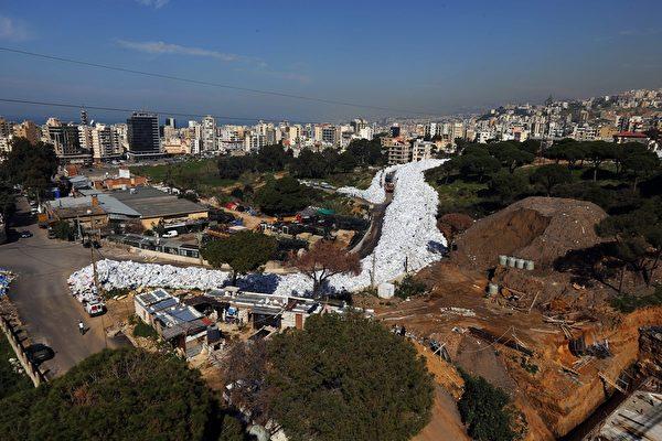 """200万吨垃圾堆成""""河"""" 黎巴嫩首都臭气冲天"""