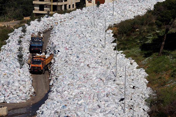 """此""""垃圾河""""产生多重问题,严重影响当地居民的生活与健康。(JOSEPH EID/AFP/Getty Images)"""
