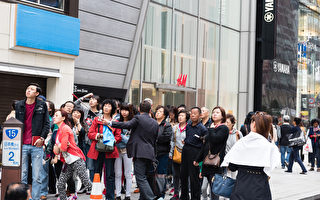 """中国游客赴日""""爆买"""" 日本百姓如何看?"""