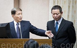 國防部政戰局局長聞振國(右)9日表示,軍安總隊沒有指揮憲兵。左為國防部長高廣圻。(陳柏州/大紀元)