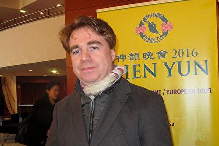 3月9日,艾克斯-马赛大学研究主管Jean-Philippe Gouillard观看乐法国南部普罗旺斯大剧院的神韵演出。(张妮/大纪元)