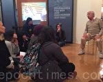3月8日,90歲的納粹大屠殺倖存者克萊力(Robert Clary)向參觀「國家欺騙:納粹宣傳的欺騙力」展覽的學生們解說。(李姍/大紀元)