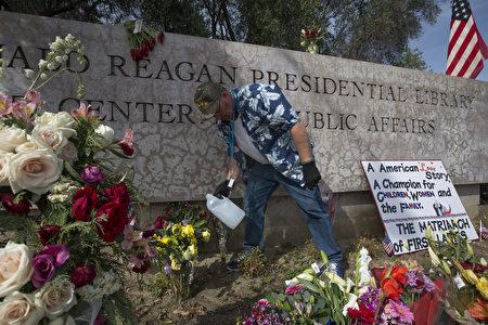 3月9日,數百名美國民眾來到位於加州西米谷的羅納德‧里根總統圖書館,悼念南希‧里根。(David McNew/Getty Images)