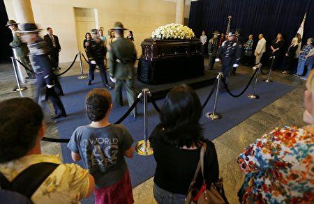 3月9日,數百名美國民眾來到位於加州西米谷的羅納德‧里根總統圖書館,悼念南希‧里根。(Mike Blake-Pool/Getty Images)