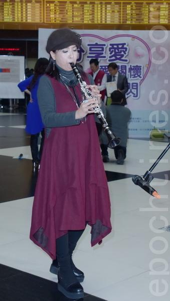 何方、朱梵光於2016年3月12日在台北參與《分享愛》憂鬱快閃公益表演活動。圖為何方。(黃宗茂/大紀元)