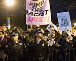 美国总统大选共和党参选人川普原订3月11日晚上在芝加哥的竞选集会活动,由于数千名支持者及抗议者相互对阵,川普决定取消,不料爆发更激 烈的推挤冲撞。图为现场的抗议者。(Scott Olson/Getty Images))